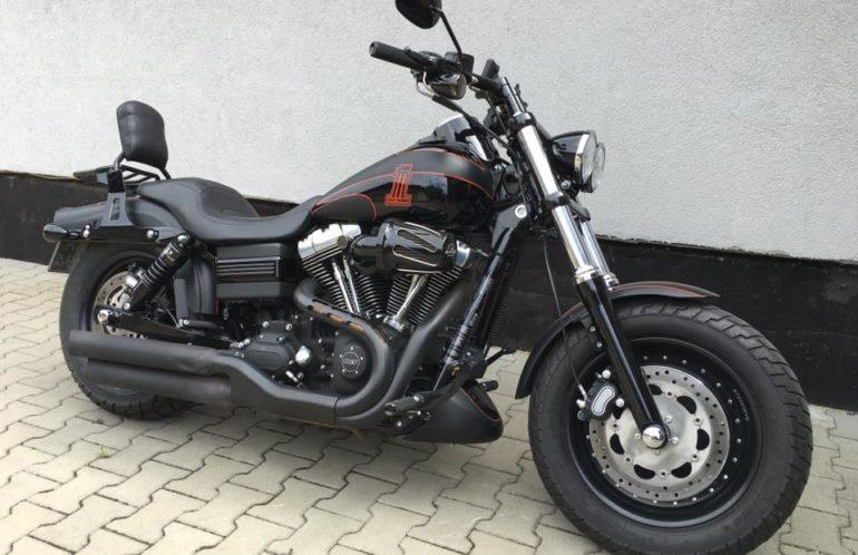 Harley-Davidson FXDF Dyna Fat Bob, red ONE. Motocykl z 2012 roku, przebieg niespełna 20 tys.km. Motocykl w rzadko spotykanym malowaniu vivid / denim black z czerwonym szparunkiem. Silnik 103', otwarty układ wydechowy, filtr powietrza Screamin Eagle, prędkościomierz z obrotomierzem, akcesoryjne manetki i podnóżki, tylne zawieszenie Progressive Suspension (obniżone), oparcie z bagażnikiem na szybki montaż, tylna lampa LEDowa z wersji CVO, nawigacja satelitarna GARMIN, akcesoryjny wlew paliwa i wskaźnik poziomu paliwa, nowa tylna opona. Nic tylko siadać i gnać.Nie marnuj czasu. Sezon przed Tobą.