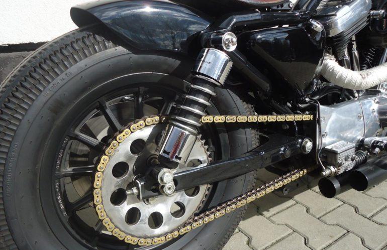 Harley-Davidson Sportster 1200 z 1998 roku. Kozacka maszyna. Prawdziwy bobber bez pierd...aZłożony od podstaw, od śrubki, ręcznie ! Motocykl z 1998 roku, zasilany gaźnikiem, napędzany łańcuchem. Wygląda tak samo jak jeździ, dużo polerowanych elementów i rozbrajający brokat na zbiorniku paliwa. Całość dopinają opony w stylu retro. Szukasz takiej maszyny?