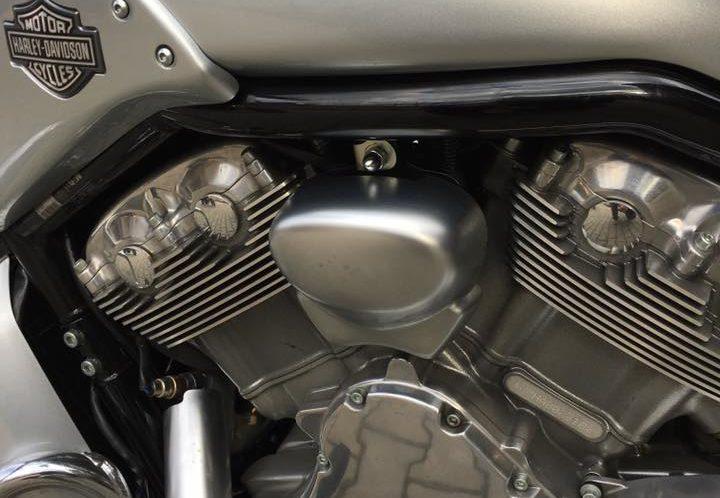Harley-Davidson VRSCF VRod Muscle 2010 srebrny, Vance&Hines
