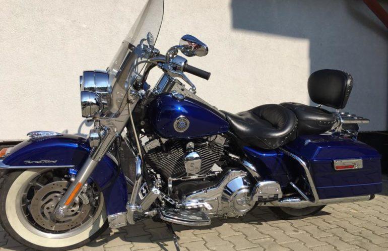 Harley-Davidson Road King,2006 rok, układ wydechowy Rinehart, wygodna kanapa Mustang z oparciem dla pasażera i kierowcy, bagażnik i cała masa chromowanych dodatków. Jeździ tak jak wygląda, jak Król!