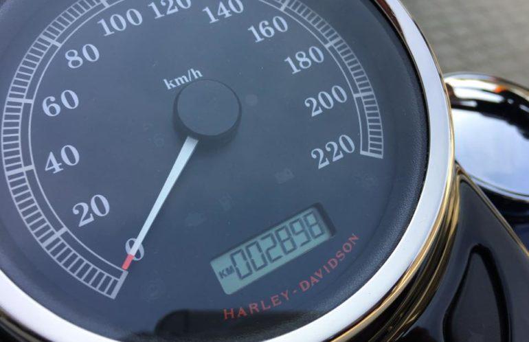 Harley-Davidson Softail Slim z 2013 roku. Silnik 103', ABS, przebieg niespełna 3000 km, od pierwszego właściciela, kupiony w kraju. Wyposażony w wąsiastego gmola, bagażnik i oparcie kierowcy. Świetna maszyna do bujania się i to wszystko w zawrotnie dobrej cenie.