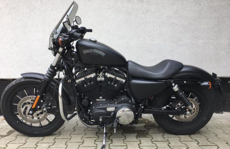 Idealny na relaksujące przejażdżki, Sportster Iron. Czarny mat, przebieg 418 km, wyposażony w szybę i gmol. Motocykl z 2015 roku, kupiony w kraju.