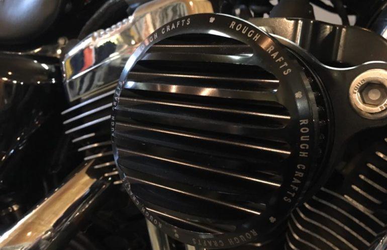 Harley-Davidson Sportster 1200 Custom, 72 style z 2007 roku. Rasowy chopper w dobrym stylu. Kolor Hard Candy z pinstripem, mocowanie rejestracji z boku, sportowy filtr powietrza, dobrze brzmiący układ wydechowy. Cała masa akcesoryjnych, chromowanych dodatków. Nie czekaj, wiosna tuż, tuż... zapraszamy do BLM.
